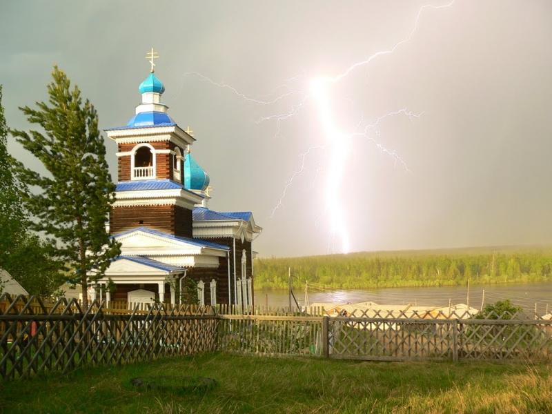 Церковь во время грозы