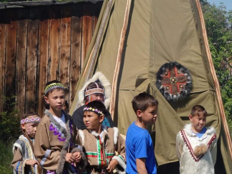 Дети в национальной одежде возле юрты